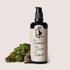 Unser vitalisierendes, pflegendes Rosmarin- Minze Körperöl für Deine trockene und feuchtigkeitsarme Haut, lässt sich besonders gut direkt nach der Dusche auf die noch warme und feuchte Haut auftragen, es eignet sich wunderbar als Massageöl und kann mit Honig oder Sahne aufemulgiert, dem Badewasser als Badeöl zugesetzt werden. Es ist ein reines Naturprodukt mit ausgesuchten kaltgepressten, biologischen Ölen, reinen ätherischen Ölen, sowie regenerativem Magnolienextrakt und steht in der Aromatherapie mit seinem natürlichen Rosmarin und Minzeduft für Durchhaltevermögen, Willens- und Schaffenskraft, sowie für körperliche Energie.